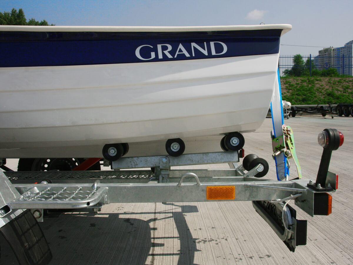 Роликовый ложемент на прицепе для лодки GRAND RG370