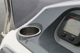 Подстаканник Delux из нержавеющей стали имеет дренажное отверстие в дне с водоотливом. Накладка на дно из мягкого ПВХ. Полированные края.