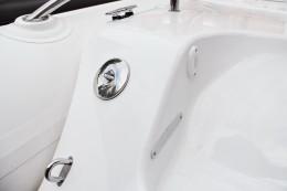 Топливная горловина из хромированной латуни. Специальная система открывания, которая позволяет обходиться без ключей, монет и т.п.. Спроектирована, чтобы крышка полотно закрывала закрепленные винты фланец, улучшая герметичность. Патрубок под углом 45° (используется когда плоскость заправочной горловины наклонена, в соответствии с ISO 8099/1). Снабжены внутренней цепочкой, Ø 38 или 50 мм. Отвечает требованиям RINA.
