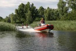 Идеальная лодка для активного отдыха на воде. С мотором 70 л.с. лодка может буксировать до 5 лыжников!!!