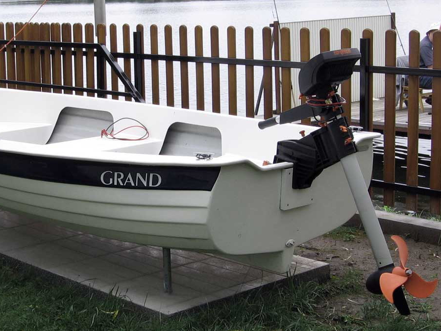 Электромотор на транце гребной лодки GRAND Regatta RG370