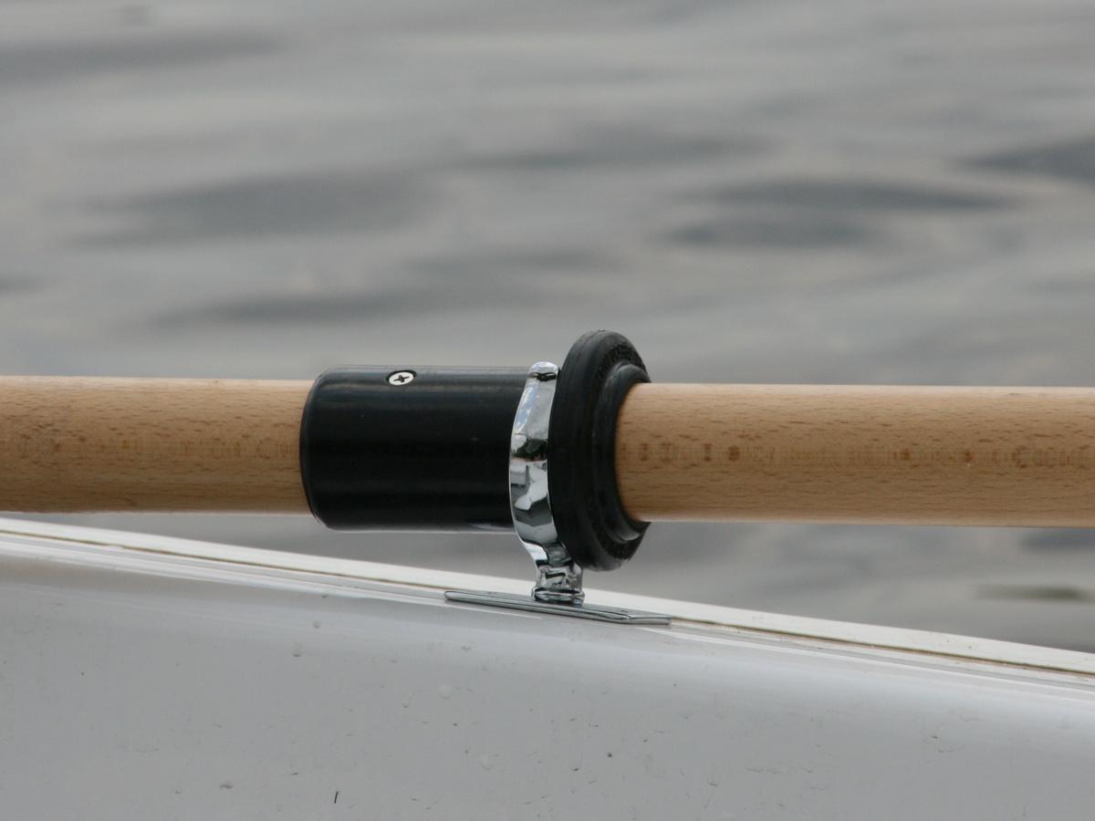 Уключины и деревяные весла на лодке GRAND Regatta