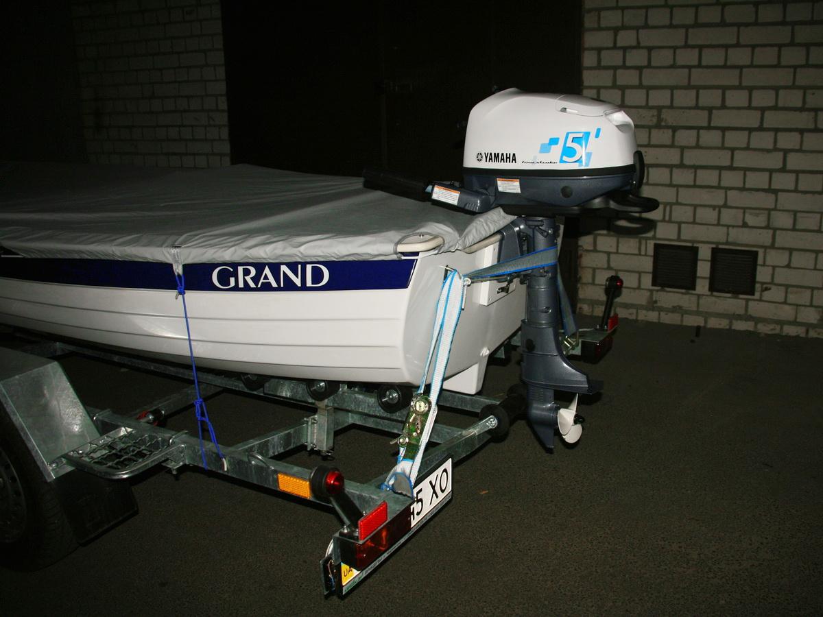 Подвесной лодочный мотор на транце стеклопластиковой лодки GRAND RG370
